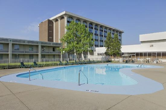 Days Inn & Suites Elyria: Pool Area