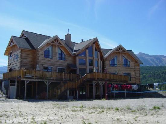 Golden Hostel, Kicking Horse River Lodge: Exterior Back of Lodge