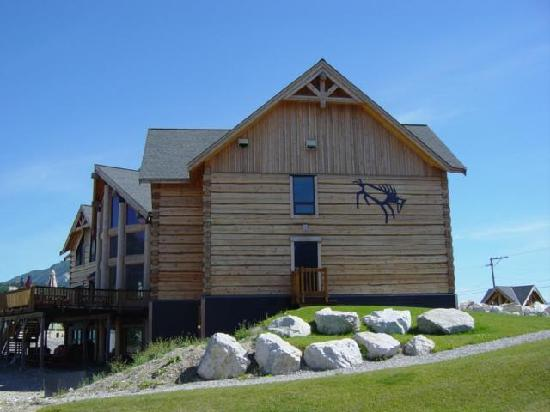 Golden Hostel, Kicking Horse River Lodge: Side view of lodge, floor to ceiling windows offers warmth and sunshine