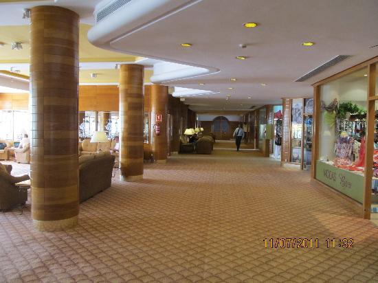 Hotel Riu Palace Tres Islas: Hotel reception area.