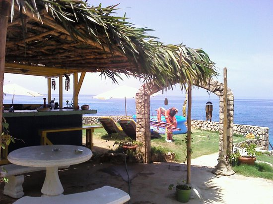 Banana Shout Resort: bar 1