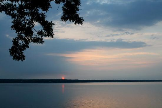 Paradise on the Lake Bed and Breakfast: A sunset view over Seneca Lake from the deck