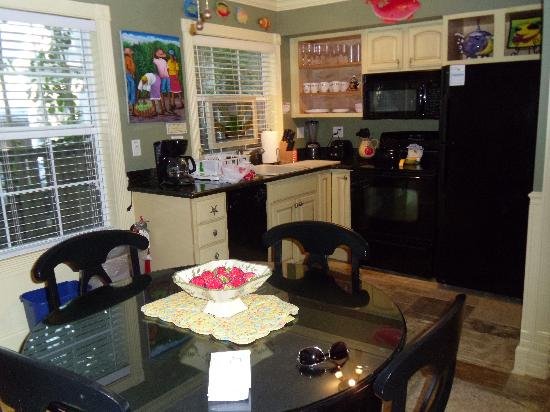 Center Court - Historic Inn and Cottages: Kitchen/ dining area