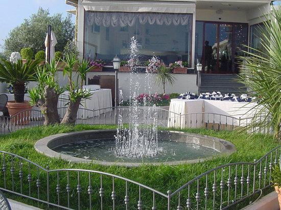 Terrazzo per aperitivo con fontana - Foto di Villa Clermont, Vico ...