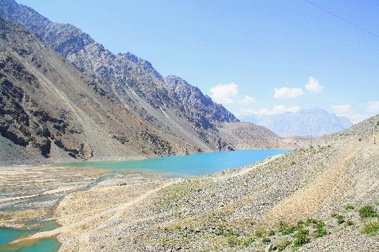 Skardu, Pakistán: view of Satpara lake from the valley