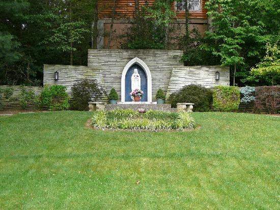 St Mary's Catholic Church : Blessed Mother in the garden behind St. Mary's Catholic Church in Gatlinburg