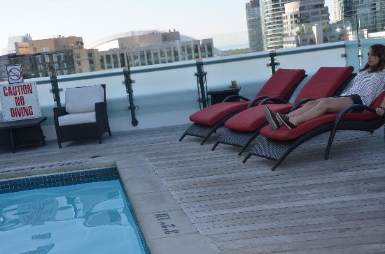 Hyatt Regency Toronto: open air pool and chairs
