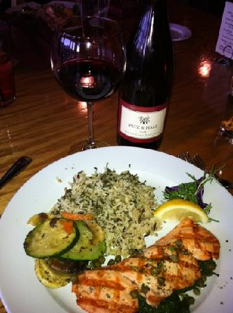 Steamers Steak and Seafood Restaurant : King salmon dinner with a great Pinot Noir