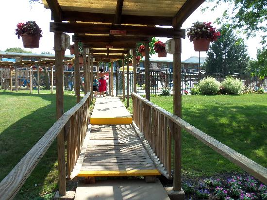 Continental Inn: Outdoor play/relax area