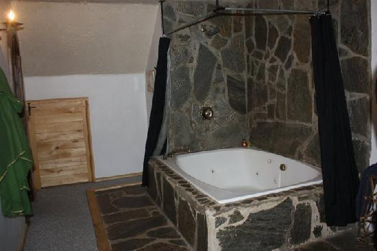 Nordic Inn Medieval Bed and Breakfast: Jacuzzi Tub