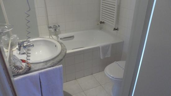 Hampshire Hotel - The Manor Amsterdam: bathroom was clean and modern