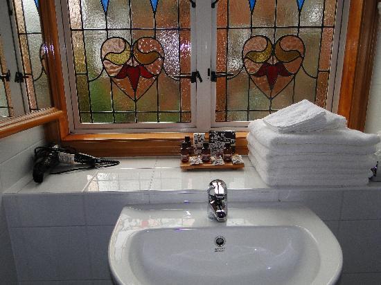 858 George Street Motel: Upstairs bathroom