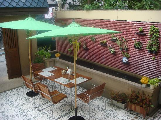 Baan Dinso Hostel: Courtyard with pond