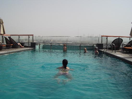 Hilton Dubai Creek: Pool auf dem Dach