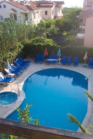 Caretta Apart Hotel: Evening view of the pool