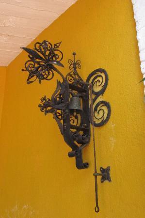 Beruwala, Sri Lanka: Ring bell for assistance
