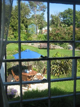 Stratton Gardens Guest House: view of gardens from our room