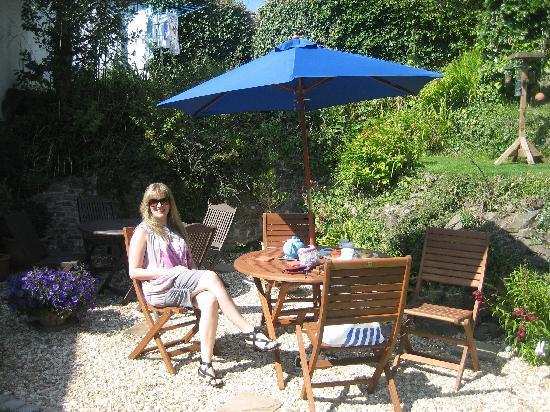Stratton Gardens Guest House: taking tea in the garden