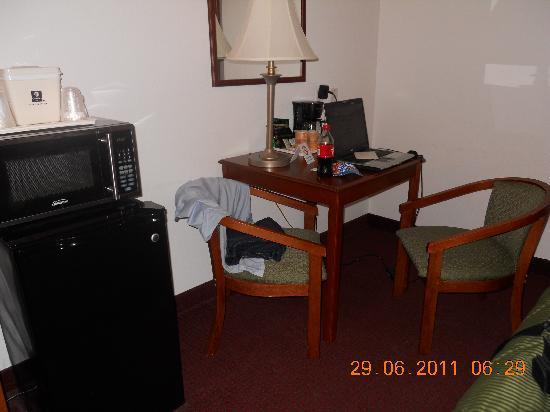 Comfort Inn Bolivar: scrivania forno microonde e frigorifero, a sinistra tv (non si vede)