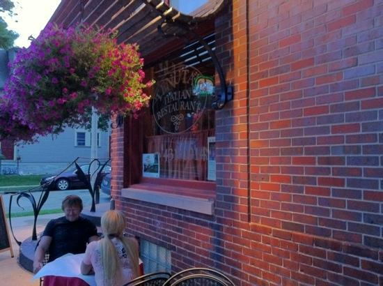 Tenuta's Italian Restaurant: outside seating