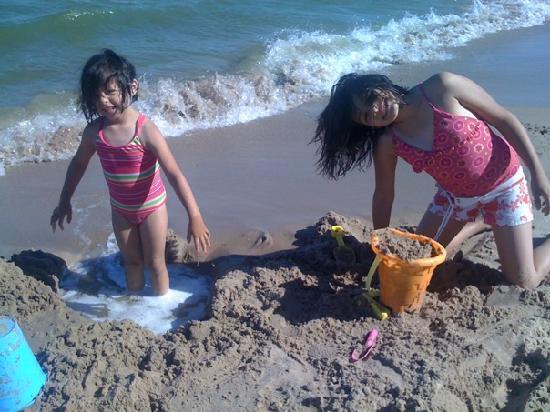 Beachfront Inn: Enjoying the beach