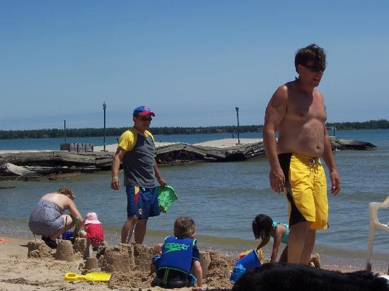 Beachfront Inn: Building sandcastles