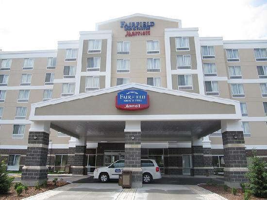 Fairfield Inn & Suites by Marriott Winnipeg: Front Entrance