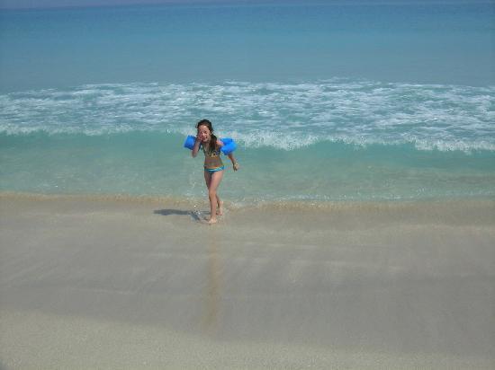 Hotel Gran Caribe Sunbeach: mi hija en la playa