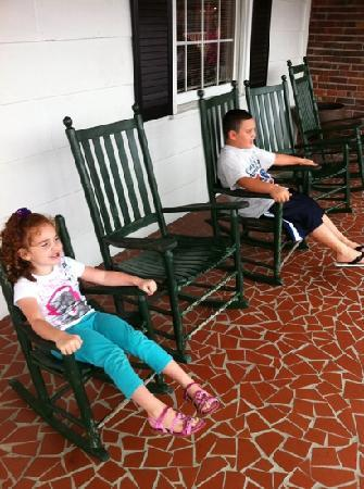 Farm House Restaurant: hanging out in front of the resturaunt