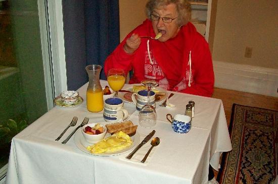 Historic Maplethorpe B&B: A Typical Breakfast w/omlet, ham, fresh fruit, toast, juice, coffee, or tea.