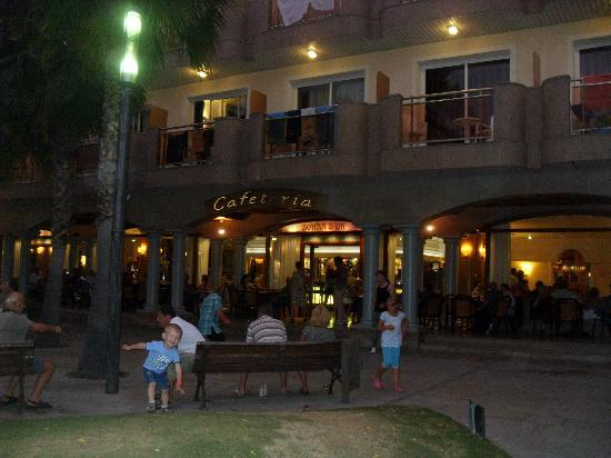 Hotel Ibersol Sorra D'Or Hotel: outside alfresco drinking and people watching
