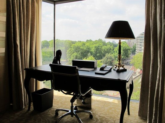 Four Seasons Hotel London at Park Lane: Park Suite - View from desk to Hyde Park