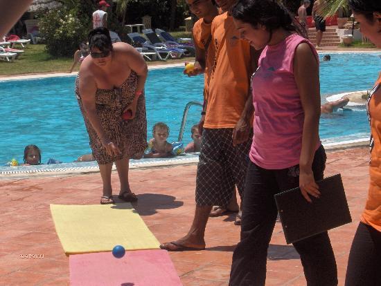 Hotel Dar El Olf: Divers jeux en bord de piscine