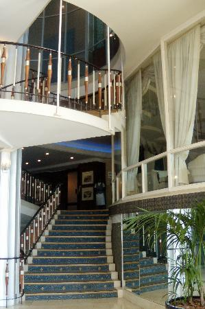 Blue Waters Hotel: Lobby staircase