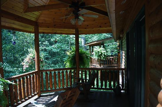 Good Timber Bed and Breakfast: Covered decks at the Good Timber.  Far one is the Buffalo Run Room's private deck!