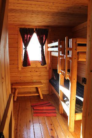 Katie's Cozy Cabins: Downstairs bedroom with bunk beds