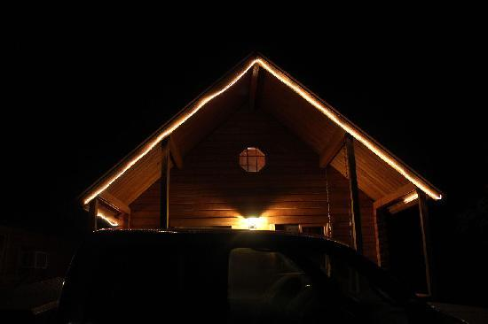 Katie's Cozy Cabins: Cabin at night