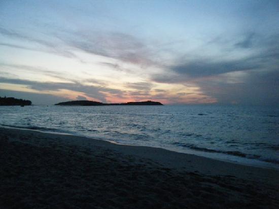 คิงส์การ์เด้น รีสอร์ท: Sunrise at Resort Beach front