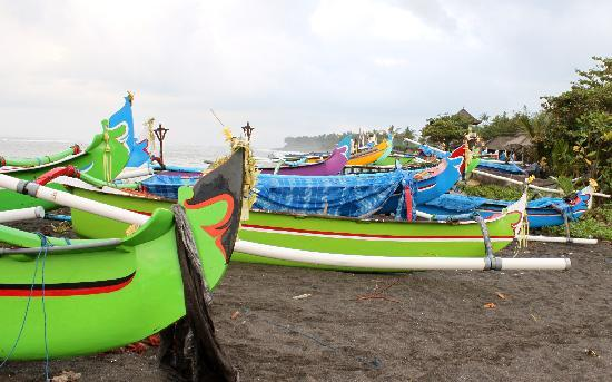 Villa Echo Beach: local boats on Canggu beach