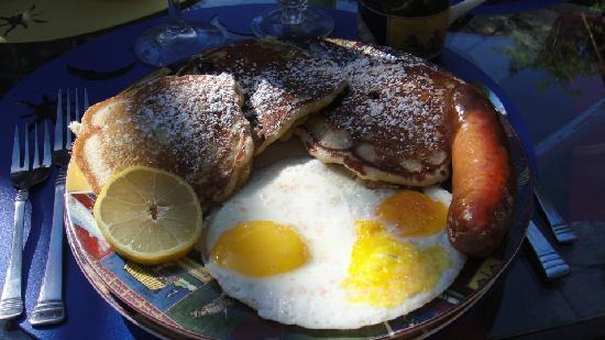 Relais du Soleil: Berry pancakes, eggs & Polish sausage