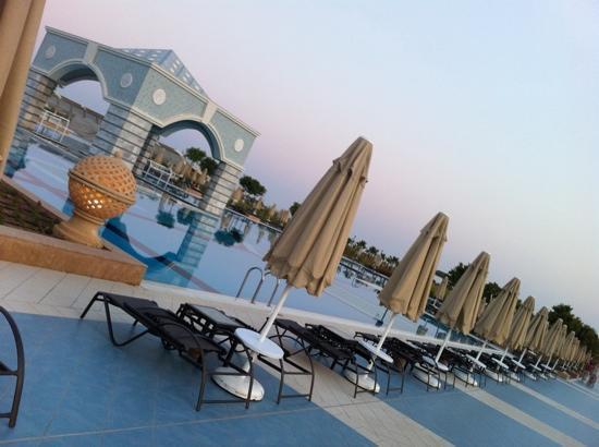 Hilton Dalaman Sarigerme Resort & Spa: pool in the evening