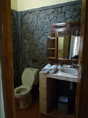 Cleopatra Beach Bungalows: cute bathroom