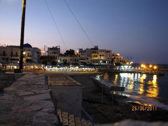 Adonis Hotel: Apollonas beach and restaurant's in the evening