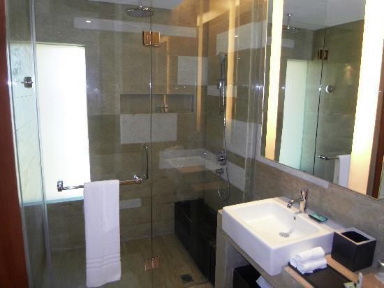 Courtyard by Marriott Bali Nusa Dua Resort: Part of the bathroom (rain shower)