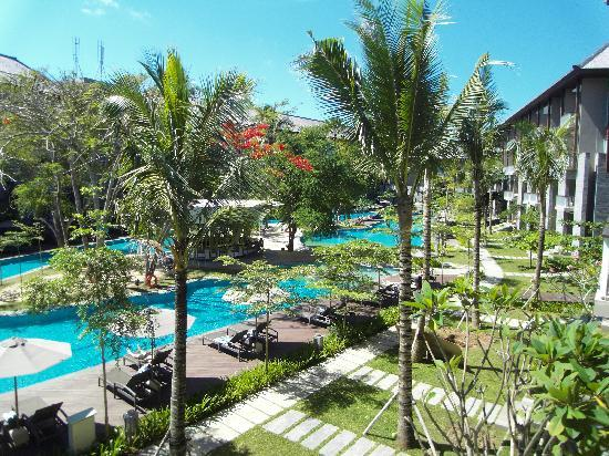 Courtyard by Marriott Bali Nusa Dua Resort: Poolview from the balcony