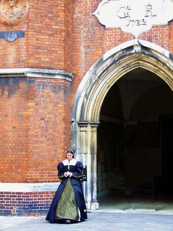 Hampton Court Castle and Gardens: Hampton Court reenactor