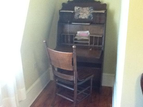Deer Head Inn: antique writing desk in nook of first room