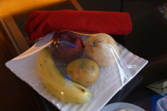 Scarlet Dago Hotel: Fruit platters for us. what a surprise even we didn't book the highest class of room.