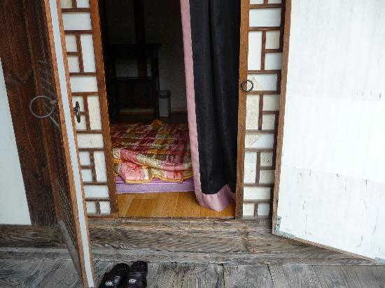 Sa Rang Chae Guesthouse: Sliding doors (noisy and hard to open) and swinging doors