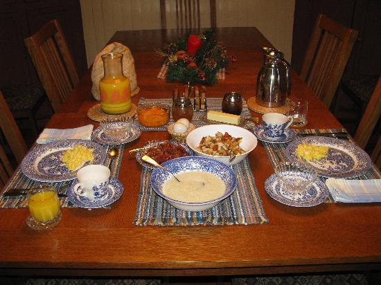 Ox-Ford Farm Bed & Breakfast Inn: dining room- breakfast is served